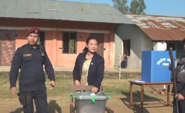 खानेपानीमन्त्री बिना मगरद्वारा कञ्चनपुरमा मतदान
